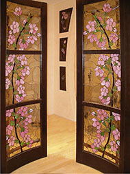 Двери с витражами в интерьере